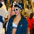 Rihanna fait du shopping dans une boutique American Apparel à New York, entièrement habillée en Rihanna for River Island avec des lunettes vintage Chanel et des baskets Balenciaga. Le 19 août 2013.