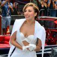 Lady Gaga arrive sur le plateau de l'émission Good Morning America, tout de blanc vêtue avec un total look Mathieu Mirano et des bottines Azzedine Alaïa. New York, le 19 août 2013.