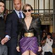 Lady Gaga quitte la station de radio Z100 à New York, habillée de luenttes Tom Ford, d'un look Balmain (collection automne-hiver 2013) et de bottines noires Azzedine Alaïa. Le 19 août 2013.