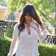 Kourtney Kardashian quitte le restaurant Sugarfish à Calabasas, habillée d'un top crème Rory Beca, d'un short assorti et de bottines Chloé. Le 19 août 2013.
