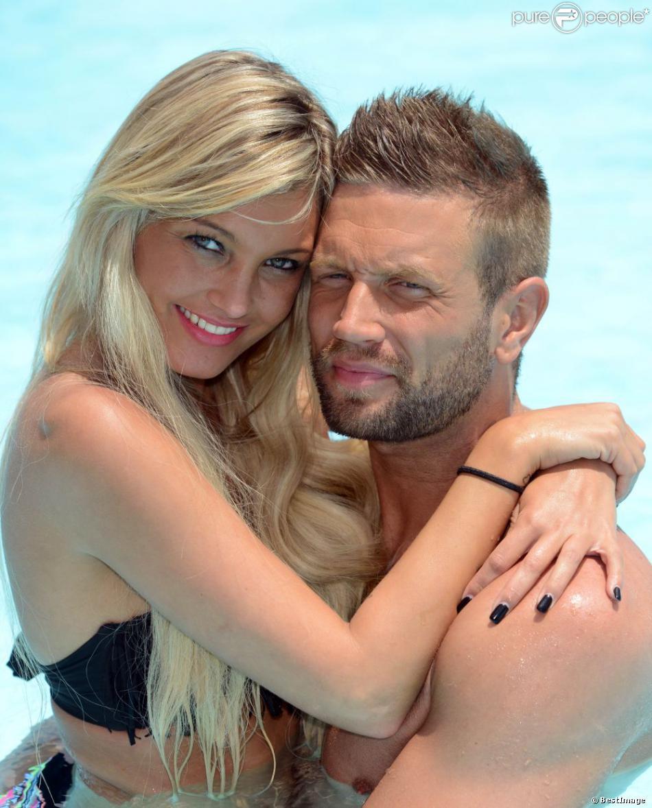 """Benjamin et Aurélie des Anges de la télé-réalité 5, plus amoureux que jamais, posent lors d'un rendez-vous à l'hôtel """"Le Méridien"""" à Marrakech, le 27 mai."""