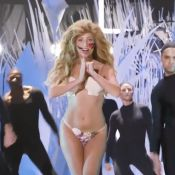 MTV VMA 2013 : Lady Gaga chante ''Applause'' à moitié nue, un live délirant