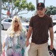 Jessica Simpson, enceinte, et son fiancé Eric Johnson déjeunent à Los Angeles, le 22 juin 2013.