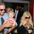 Jessica Simpson, enceinte, son fiancé Eric Johnson et leur fille Maxwell à l'aéroport de Los Angeles, le 5 mai 2013.