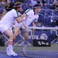 Jason Biggs et Rainn Wilson à l'US Open le 5 septembre 2013lors d'un match exhibition contre les anciennes gloires du tennis Monica Seles et Chris Evert.