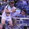Les acteurs Jason Biggs et Rainn Wilson à l'US Open le 5 septembre 2013lors d'un match exhibition contre les anciennes gloires du tennis Monica Seles et Chris Evert.