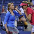Monica Seles et Chris Evert lors d'un match exhibition contre les acteurs Jason Biggs et Rainn Wilson à l'US Open le 5 septembre 2013.