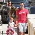 Jessica Alba et son mari Cash Warren en pleine séance de shopping avec leur fille Haven à Los Angeles, le 21 septembre 2013.