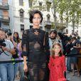 Le top model Bianca Balti et sa fille Matilde assistent au défilé Dolce & Gabbana printemps-été 2014 à Milan. Le 22 septembre 2013.