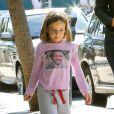 Jennifer Garner avec sa fille Seraphina qui porte un T-shirt à l'effigie de son père Ben Affleck, à Pacific Palisades, le 24 septembre 2013.