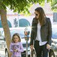 Jennifer Garner et sa fille Seraphina (qui porte un T-shirt à l'effigie de son papa Ben Affleck), à Pacific Palisades, le 24 septembre 2013.