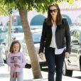 Jennifer Garner en compagnie de sa fille Seraphina (fan numéro un de son père Ben Affleck), à Pacific Palisades, le 24 septembre 2013.