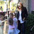 Jennifer Garner va acheter une glace avec ses filles Violet et Seraphina à Pacific Palisades, le 24 septembre 2013.
