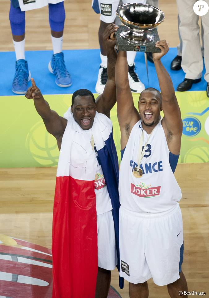 Boris diaw et florent pi trus apr s la finale de l for Interieur sport tony parker