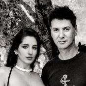 Etienne Daho s'offre une brune aux seins nus pour 'Les Chansons de l'innocence'