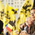 Duel de drapeaux... Les indépendantistes et antimonarchistes flamands étaient aussi au rendez-vous pour la visite du roi Philippe et de la reine Mathilde de Belgique à Anvers le 27 septembre 2013 dans le cadre de leur tournée ''Joyeuses entrées''.
