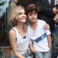 Cara Delevingne, star adorable avec un jeune fan devant l'hôtel Fasano à Rio de Janeiro. Le 3 octobre 2013.