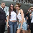 Cara Delevingne prend des photos avec ses jeunes admiratrices devant l'hôtel Fasano à Rio de Janeiro. Le 3 octobre 2013.