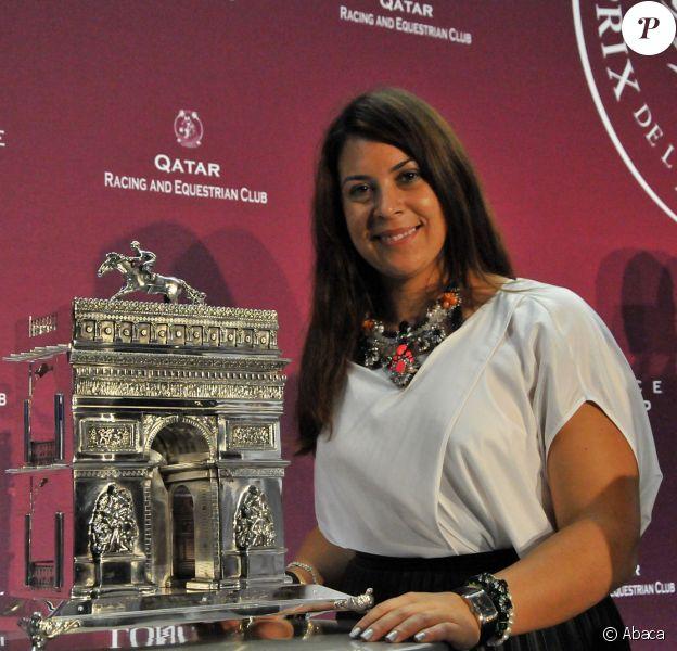 Marion Bartoli pose avec le trophée du Qatar Prix de l'Arc de Triomphe à Longchamp à Paris, le 4 octobre 2013