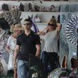 Goldie Hawn en quête de souvenir dans une boutique de pierres à Rio de Janeiro, le 30 septembre 2013.