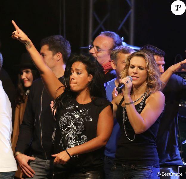"""Amel Bent et Lorieà Lyon, le 12 octobre 2013, lors de la 7ème édition de """"Foot-Concert"""" au Palais des sports."""