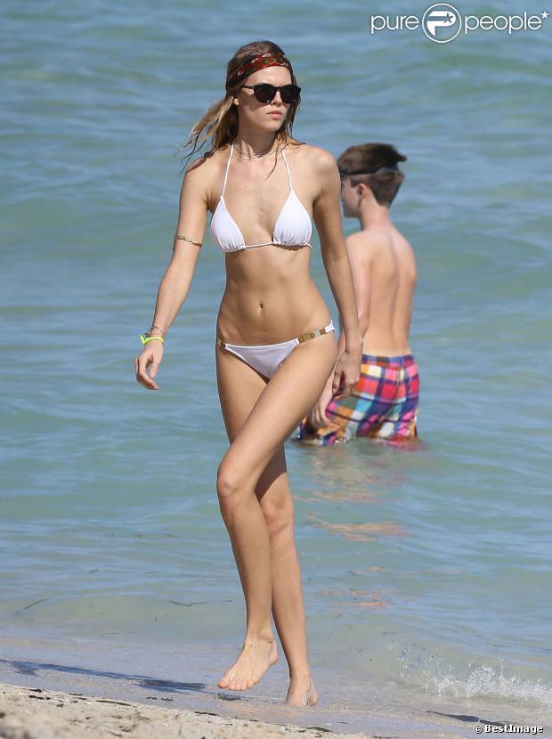 Le mannequin Maryna Linchuk profite d'un après-midi plage à Miami, le 21 octobre 2013.