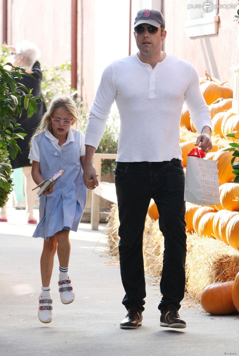 Ben Affleck emmène sa fille Violet au Brentwood Country Mart à Los Angeles, le 24 octobre 2013.