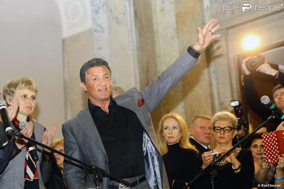 Sylvester Stallone arrivant à l'inauguration d'une exposition de ses peintures au château du Musée d'Etat russe des ingénieurs à Saint-Pétersbourg en Russie le 27 octobre 2013