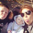 Coleen Rooney avec ses fils Kai, 4 ans, et Klay, 6 mois, au parc en octobre 2013
