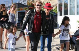 Johnny Hallyday : Heureux en balade à la plage avec Laeticia et leurs filles