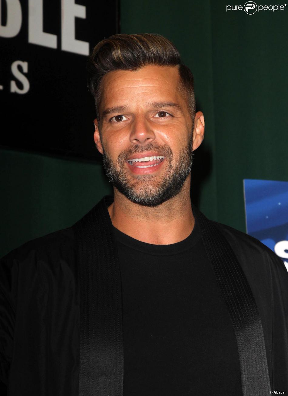 Ricky Martin dédicace son livre Santiago The Dreamer chez Barnes and Noble à New York, le 13 novembre 2013.