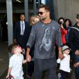 Ricky Martin arrive à l'aéroport de Sydney, avec ses fils Matteo et Valentino, le 26 septembre 2013.