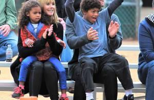 Heidi Klum : Epanouie et amoureuse, elle encourage ses enfants avec style