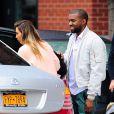 Kim Kardashian et son fiancé Kanye West, souriant à New York, le 17 novembre 2013.