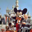 Walt Disney avec Mickey dans un de ses parcs. (photo non datée)
