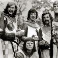 "Eric Idle, Michael Palin, John Cleese, Terry Gilliam dans ""Monty Python, Sacré Graal"" (1975)"