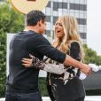 """Fergie et Mario Lopez sur le plateau de l'émission """"Extra"""" à Los Angeles, le 20 novembre 2013."""