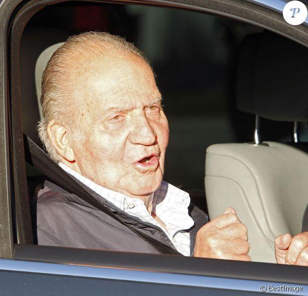 Le roi Juan Carlos se rend à l'hôpital à Madrid en Espagne le 21 novembre 2013 pour être opéré de la hanche.
