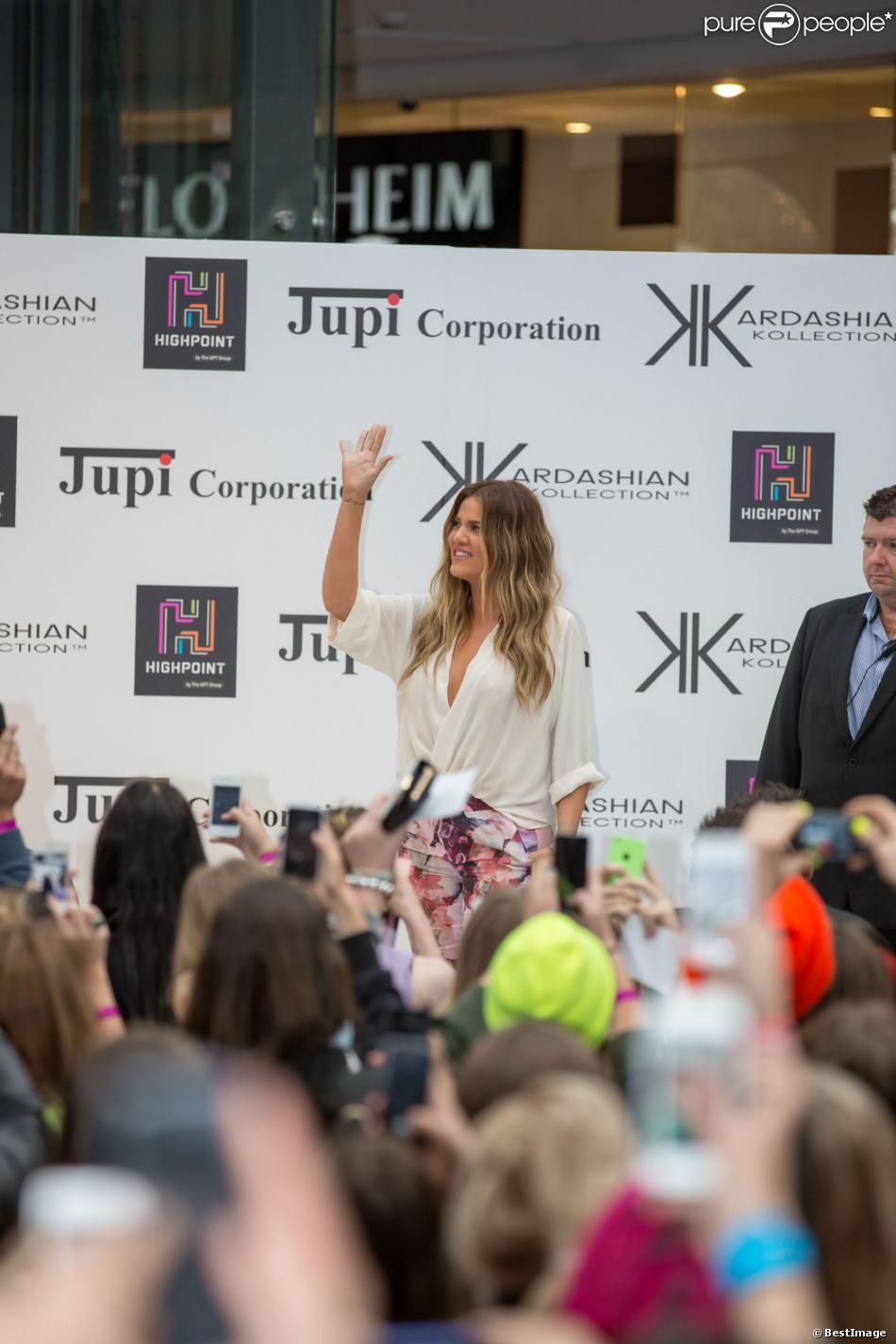 Khloé Kardashian en séance de dédicaces à l'entrée de la boutique David Jones à Melbourne, le 20 novembre 2013.