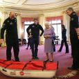 Le prince Harry présente à Buckingham Palace, le 13 novembre 2013, ses coéquipiers du Team GB pour le South Pole Allied Challenge à ses grands-parents la reine Elizabeth II et le prince Philip.