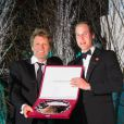Jon Bon jovi récompensé pour son engagement envers la jeunesse par le prince William à l'ocassion du second Winter Whites Gala de Centrepoint qui se tenait au palais de Kensington à Londres, le 26 novembre 2013.