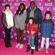 """Basile Boli en famille à la représentation du nouveau spectacle du Cirque du Soleil, """"Kooza"""", sur l'ïle Seguin à Boulogne-Billancourt, le 26 novembre 2013."""