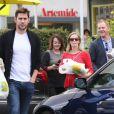 Exclusif - John Krasinski, Emily Blunt enceinte et des amis quittent le restaurant Lemonade. Los Angeles, le 3 décembre 2013.