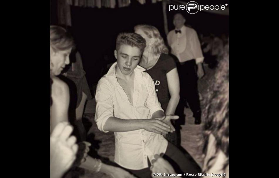Chemise ouverte devant sa mère Madonna : Rocco, 13 ans, devient un jeune homme sûr de lui.