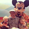 David Burtka et les jumeaux Gideon Scott et Harper Grace, à Disneyland, en Floride, novembre 2013.