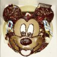 Amélie Neten célèbre les 2 ans de son adorable fils Hugo et lui offre un superbe gâteau en forme de Mickey - Twitter