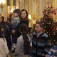 Valérie Trierweiler lors d'une fête de Noël à l'Elysée, en compagnie du père Noël, le 17 décembre 2013