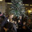 Valérie Trierweiler, en pleine séance câlins lors d'une fête de Noël à l'Elysée, le 17 décembre 2013