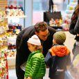 Matthew McConaughey avec ses enfants Levi et Vida au M&M Store à New York le 18 décembre 2013.