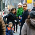 Matthew McConaughey et Camila Alves se promènent avec leurs enfants Levi et Vida à New York le 18 décembre 2013.